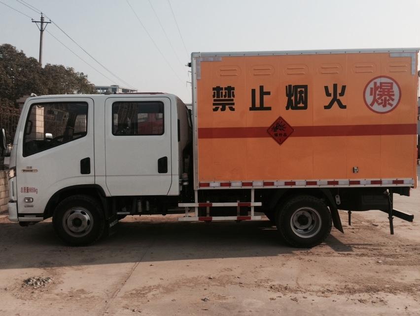爆破器材运输车已经脱离原来的平板运输,而改为厢式运输.图片